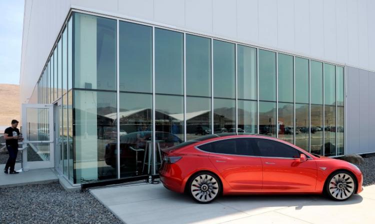 Tesla sacará a la venta el viernes su auto Model 3