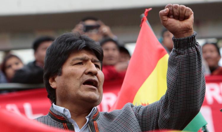 Tensión en Bolivia: manifestantes opositores quemaron municipalidad y secuestraron a alcaldesa