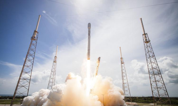 Anuncian lanzamiento de un coche Tesla en cohete gigante de Space X